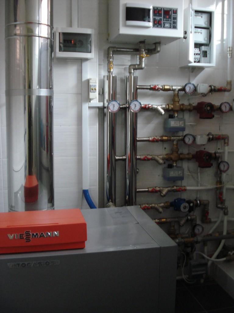 Топочная коттеджа с коллектором из нержавеющей стали и погодозависимой автоматикой «Siemens».