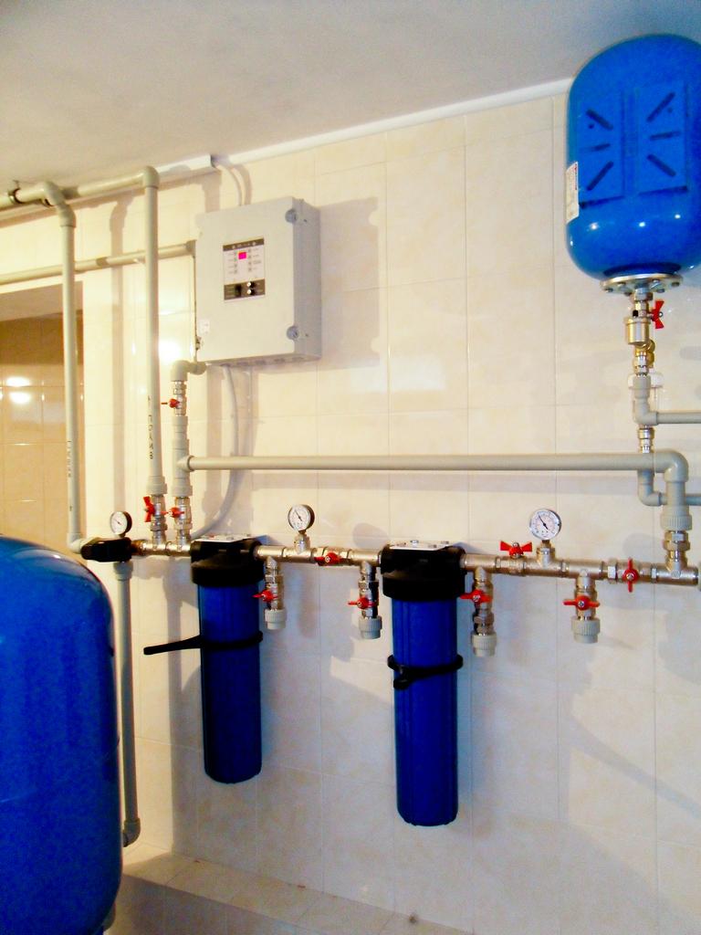 Фильтры механической очистки с угольным фильтром и возможностью подключения универсального фильтра и ультрафиолетовой лампы.