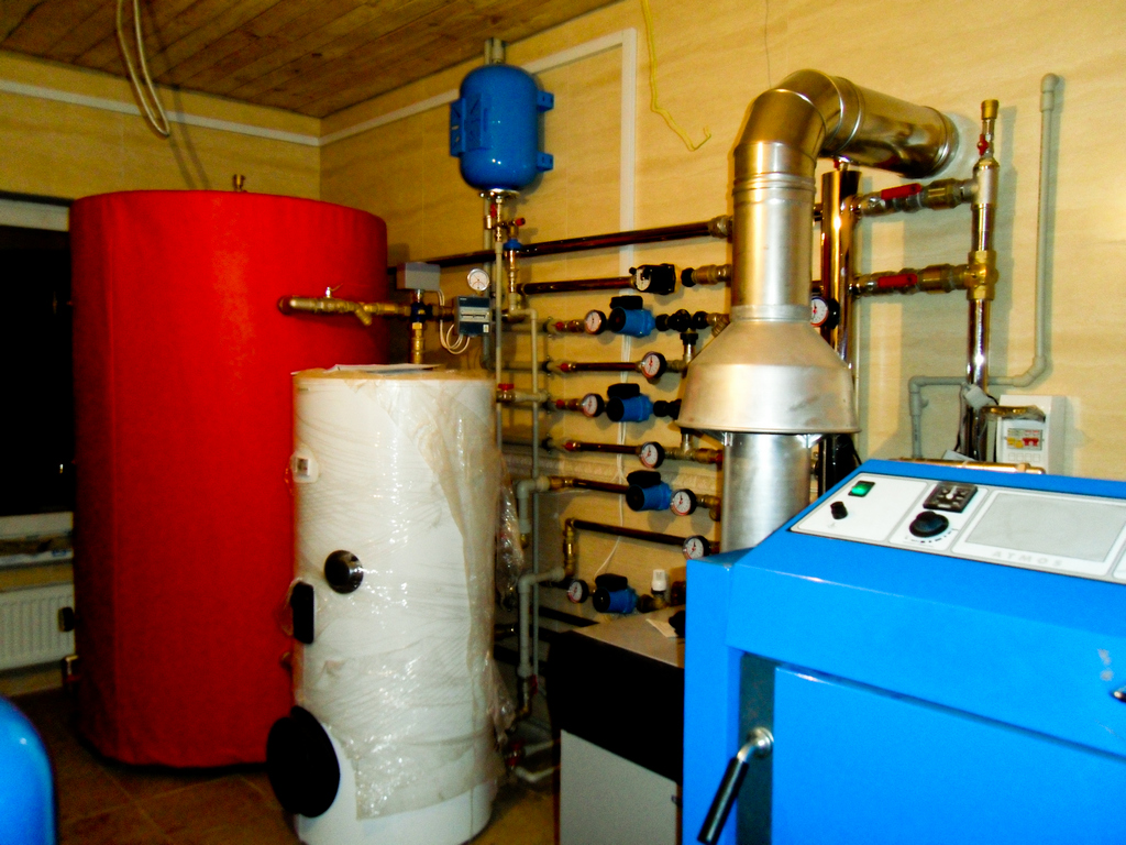 Топочная коттеджа. Газовый котел в одной схеме с пиролизным котлом и буферной емкостью, с коллектором из нержавеющей стали, и с погодозависимой автоматикой «Kromschroder».